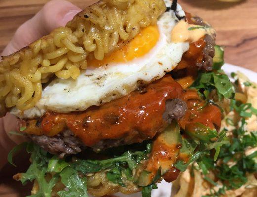 burger sushiburrito sushi w dłoń